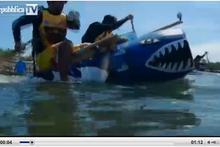 Una screenshot del video sulla regata di barche riciclate